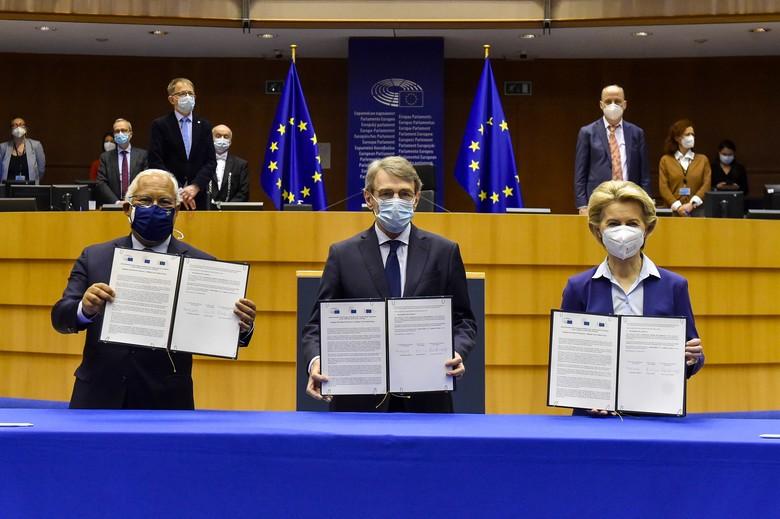 Antonio Costa, David Sassoli et Ursula von der Leyen ont signé la déclaration officialisant la Conférence sur l'avenir de l'Europe le 10 mars - Crédits : Eric Vidal / Parlement européen