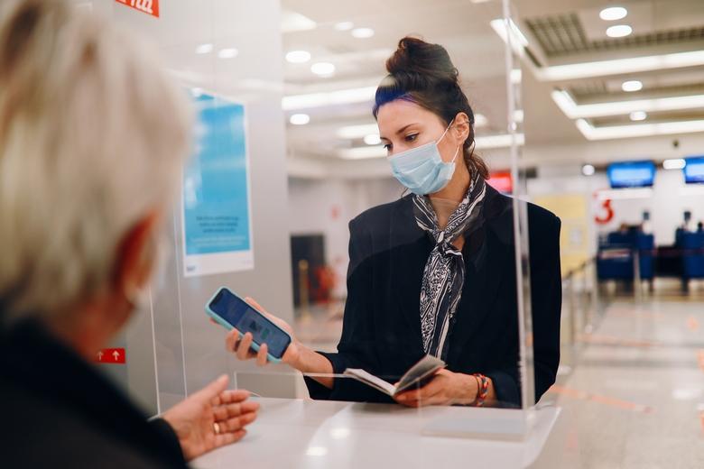 Les citoyens européens pourront présenter cet été un certificat d'immunité vis-à-vis du Covid-19 afin de voyager au sein de l'Union européenne - Crédits : lechatnoir / iStock