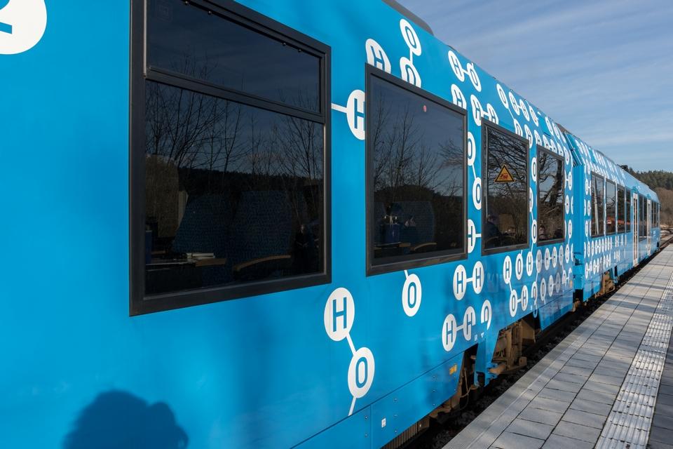 Un nombre croissant d'Etats membres de l'Union européenne ont fait part de leur intérêt pour les trains à hydrogène - Crédits : kmn-network / iStock