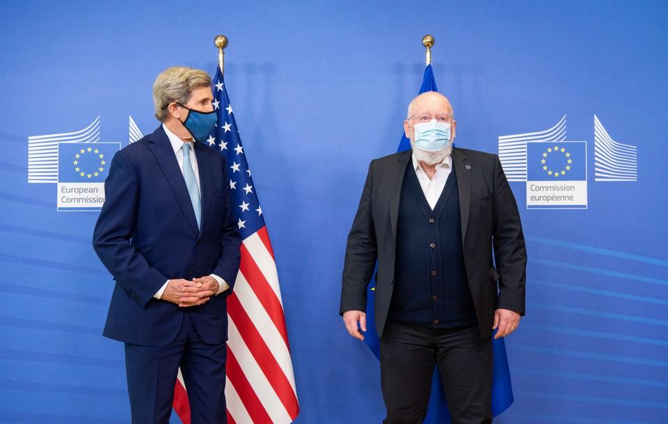 Les responsables de la lutte contre le réchauffement climatique américain John Kerry (à gauche) et européen Frans Timmermans (à droite) participeront au sommet international sur le climat qui s'ouvre ce jeudi 22 avril - Crédits : Jennifer Jacquemart / Commission européenne