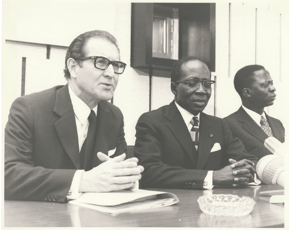 Leopold Sedar Senghor, président du Sénégal, salué par Paul Collowald en 1973