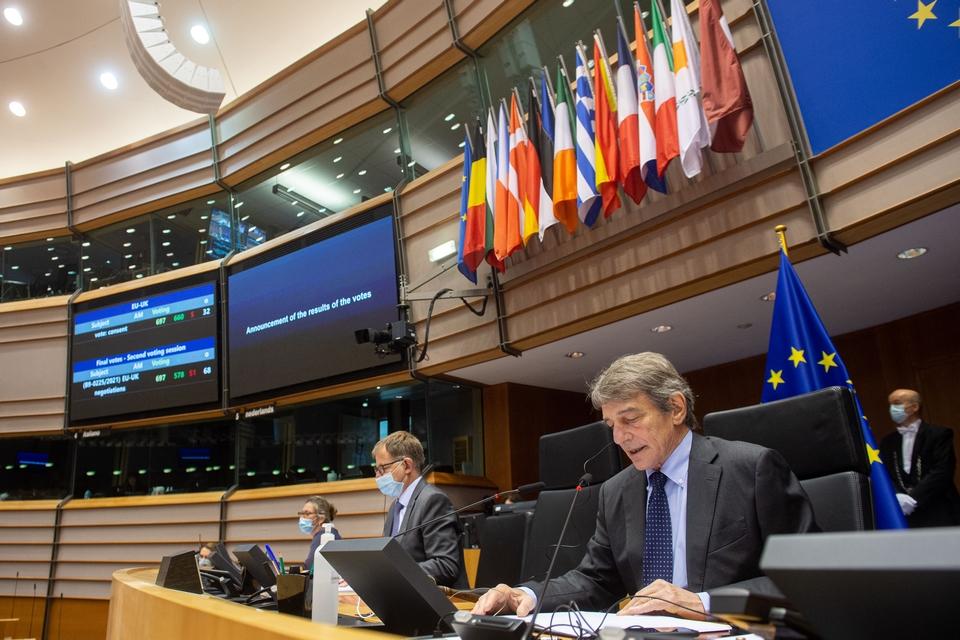 Le président du Parlement européen David Sassoli annonce les résultats du vote des eurodéputés sur l'accord de commerce et de coopération entre l'Union européenne et le Royaume-Uni, mercredi 28 avril - Crédits : Jan van de Vel / Parlement européen
