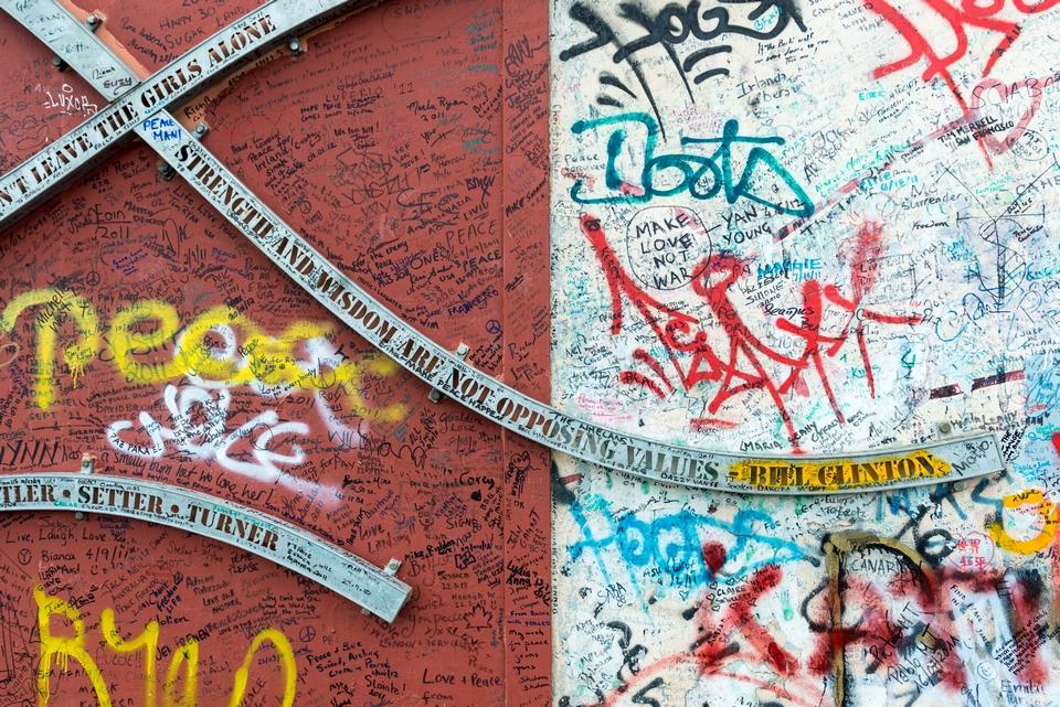 """A Belfast, les """"murs de la paix"""" séparent les quartiers protestants des quartiers catholiques afin d'éviter tout débordement"""