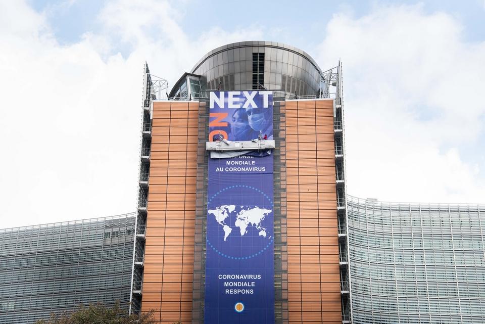 La Commission a ensuite deux mois pour transmettre les plans nationaux au Conseil de l'UE. Un pays peut saisir le Conseil européen s'il considère qu'un des documents ne respecte pas les critères définis