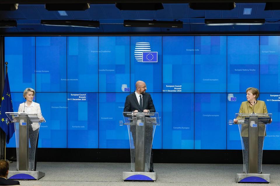 Ursula von der Leyen (Commission européenne), Charles Michel (Conseil européen) et Angela Merkel (Allemagne)
