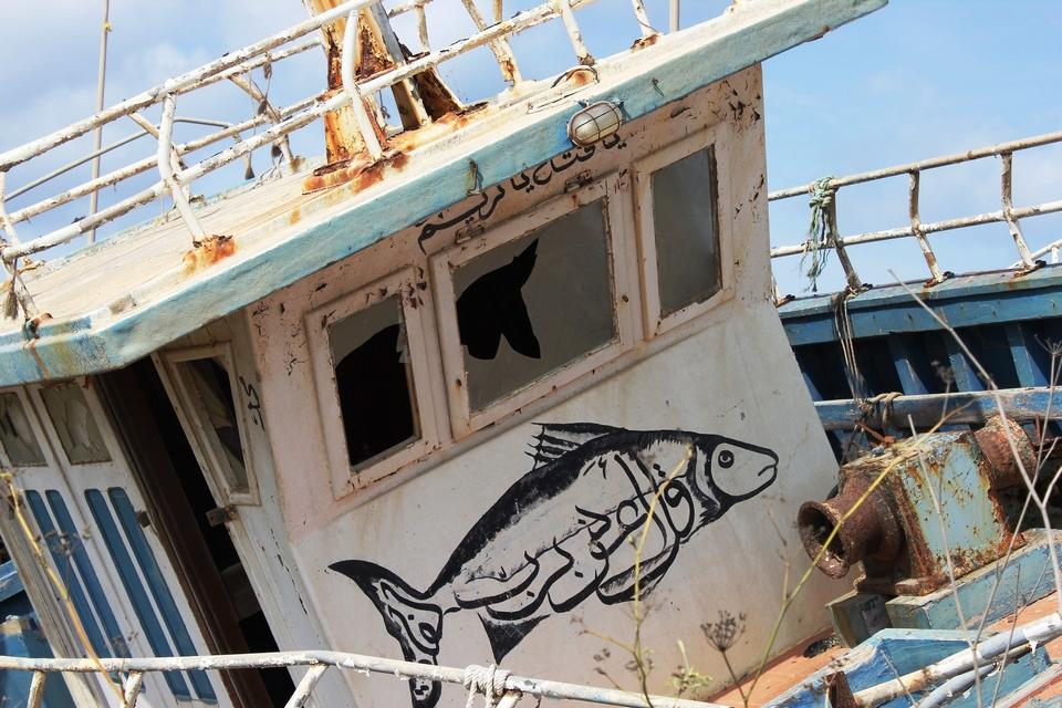 Les migrants utilisent des embarcations variées pour traverser la Méditerranée, ici un bateau échoué à Lampedusa en 2014