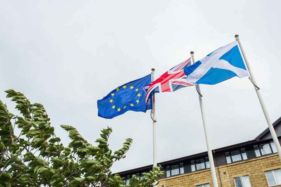 En signe de protestation face à un Brexit auquel il était opposé, le gouvernement écossais a décidé que l'ensemble de ses bâtiments arboreront tous les jours le drapeau européen en 2021 - Crédits : Christopher Ames / iStock
