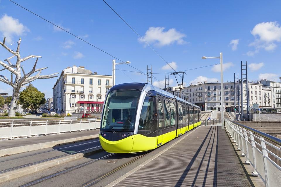 Parmi les projets que le nouveau financement portera figureront, par exemple, les transports publics propres - Crédits : bbsferrari / iStock