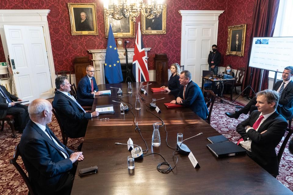 <b></noscript>Réunis mercredi 9 juin, les représentants de l'Union européenne et du Royaume-Uni ne sont pas parvenus à dépasser leurs désaccords autour du rétablissement des contrôles douaniers en mer d'Irlande. Londres entend repousser encore la date de leur mise en place concernant la viande réfrigérée, tandis que Bruxelles laisse planer la menace de sanctions.</b>
