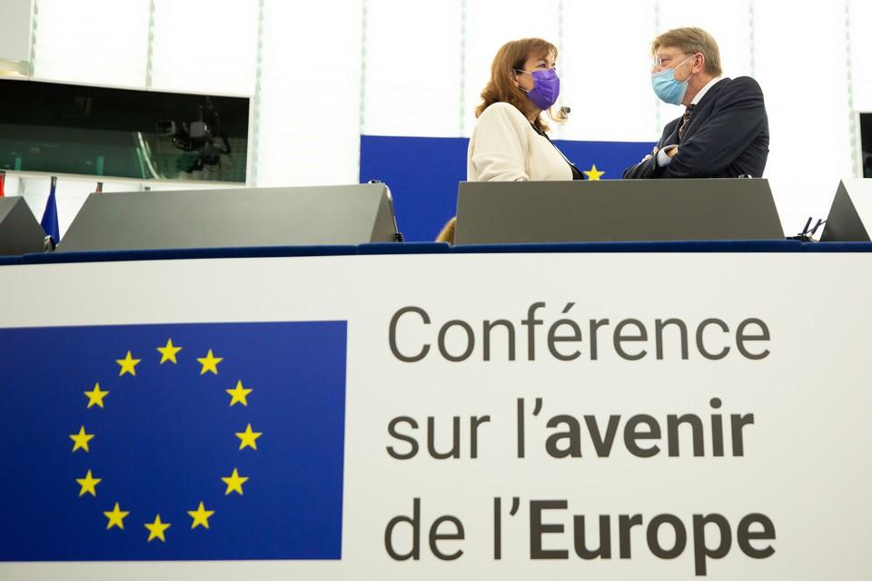 Dubravka Šuica et Guy Verhofstadt, accompagnés de la secrétaire d'Etat portugaise aux Affaires européennes Ana Paula Zacarias, présidaient la session inaugurale de l'Assemblée de la Conférence sur l'Avenir de l'Europe - Crédits : Parlement européen