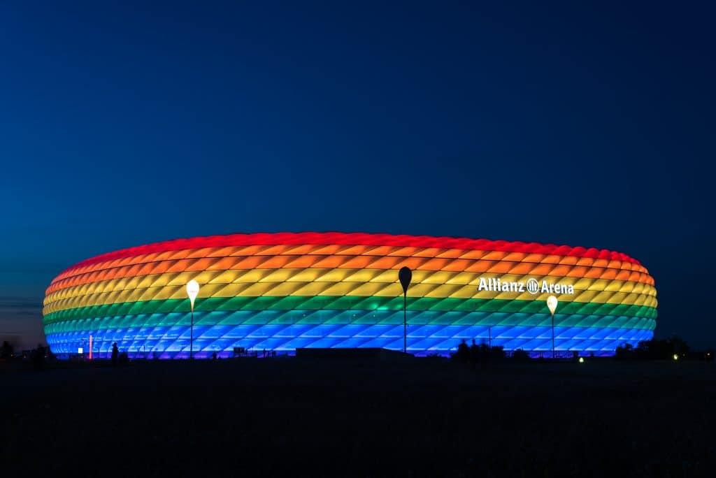 Face au contexte politique tendu, l'UEFA a finalement refusé à la municipalité de Munich le droit d'illuminer son stade aux couleurs de l'arc-en-ciel pour la rencontre Allemagne-Hongrie, provoquant de vives polémiques en Europe - Crédits : anahtiris / iStock