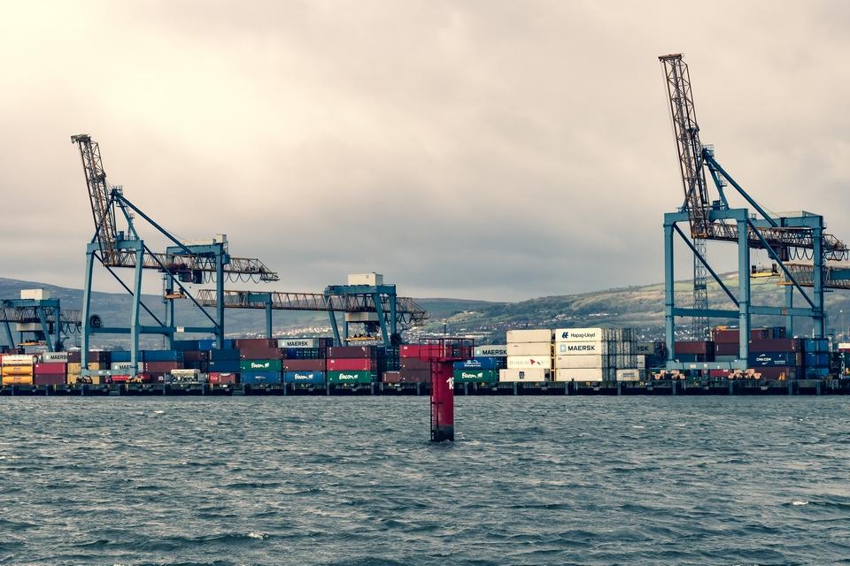 Dans les ports nord-irlandais, comme ici à Belfast, des contôles douaniers sur les produits alimentaires en provenance de Grande-Bretagne devaient initialement être mis en place le 1er avril 2021 mais ont été repoussés de six mois par les autorités britanniques. Une source de tension importante entre Bruxelles et Londres - Crédits : Niall Majury / iStock