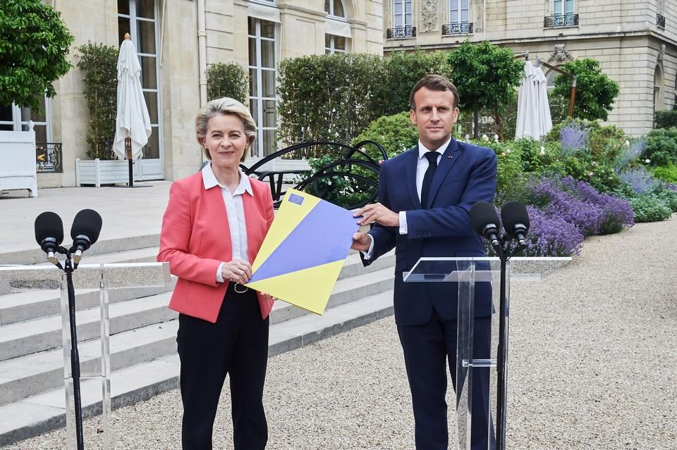 La présidente de la Commission européenne Ursula von der Leyen a remis au président Emmanuel Macron l'évaluation du plan français pour la relance et la résilience