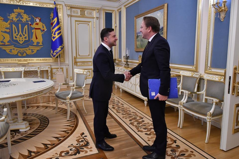 Rencontre entre le président ukrainien Volodymyr Zelensky (à gauche) et le commissaire européen chargé de l'Elargissement et du voisinage Olivér Várhelyi (à droite), le 11 février 2020
