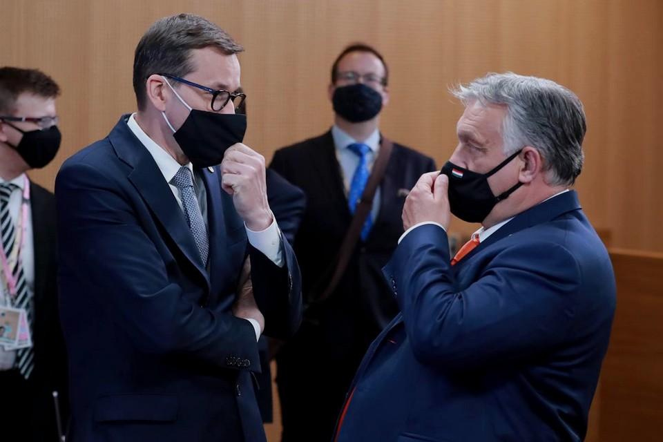 Les gouvernements polonais de Mateusz Morawiecki (à gauche) et hongrois de Viktor Orbán (à droite) sont dans le collimateur de la Commission européenne pour leurs atteintes à l'état de droit et aux valeurs communes de l'Union européenne - Crédits : Conseil européen