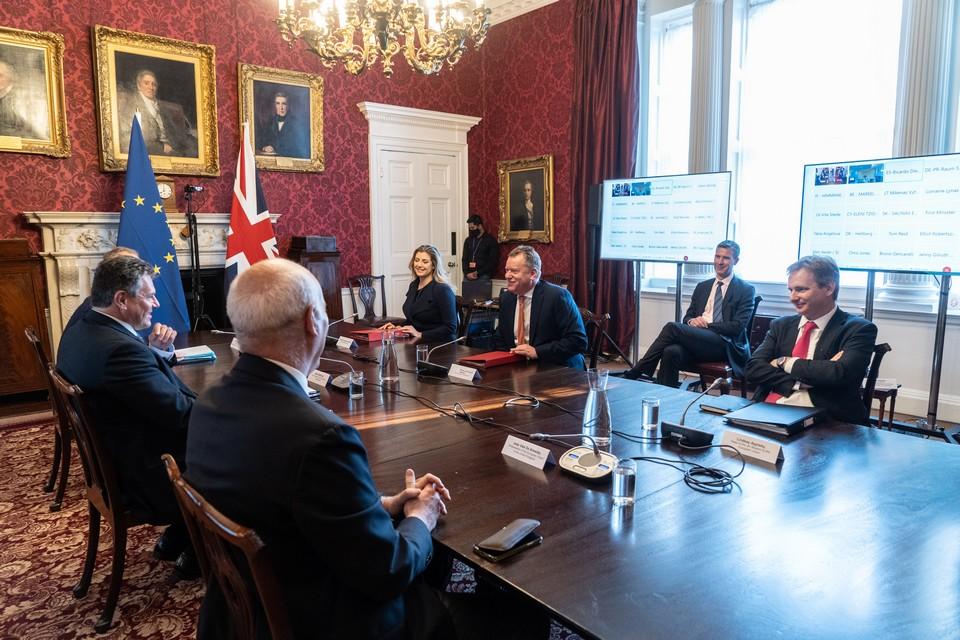 """Le 9 juin dernier, Maroš Šefčovič, vice-président de la Commission européenne, et David Frost, """"monsieur Brexit"""" du gouvernement Jonhson, se retrouvaient pour évoquer les différends qui opposent les deux puissances (exportations en Irlande du Nord, pêche) dans leur nouvelle relation post-Brexit - Crédits : Commission européenne"""