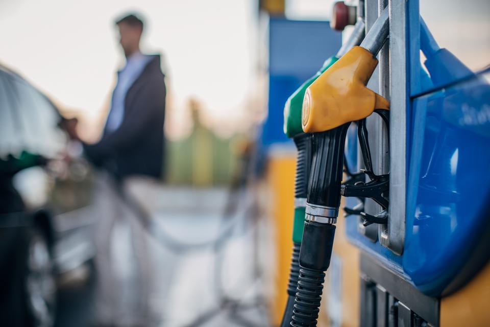 Parmi les mesures les plus emblématiques proposées par la Commission européenne se trouve l'interdiction de la vente de voitures thermiques (essence ou diesel) à partir de 2035 - Crédits : South_agency / iStock