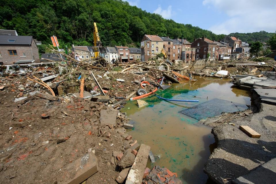 La présidente de la Commission européenne a constaté samedi les dégâts près de Liège, en Belgique