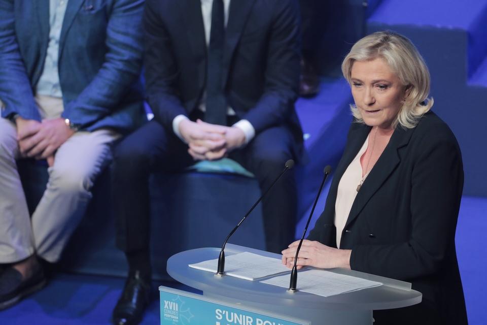 """La présidente du Rassemblement national (RN) Marine Le Pen et les autres signataires dénoncent une Union européenne """"source de problèmes, d'anxiété et d'incertitudes"""""""