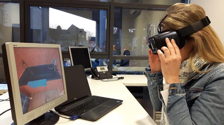 Grâce à un casque de réalité virtuelle, une ergothérapeute peut vérifier si les aménagements prévus dans une baignoire sont pertinents