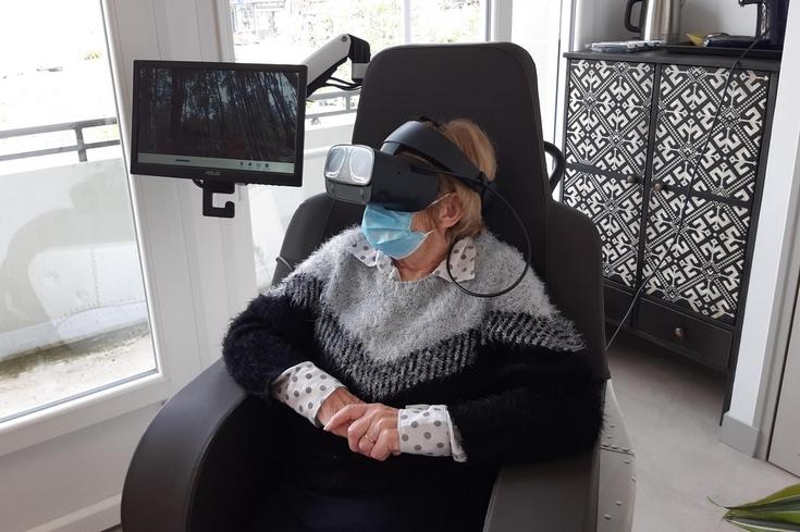 Des casques permettent aux personnes aidées de vivre de nouvelles expériences en simulant des promenades