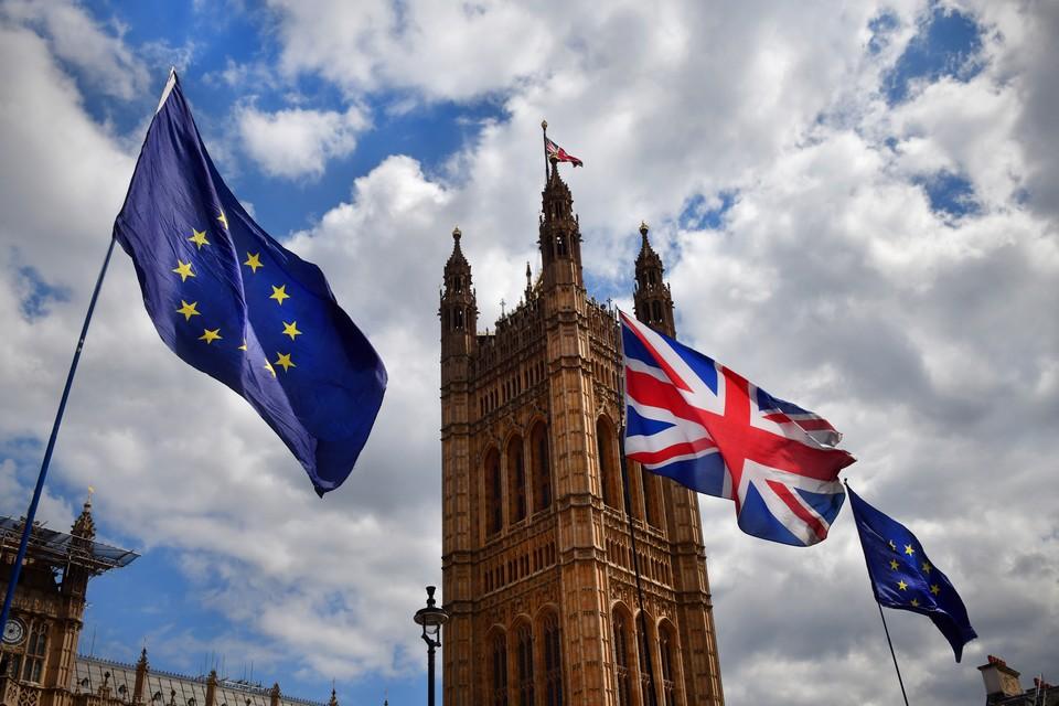 L'Union Jack entouré de deux drapeaux européens avant la mise en application du Brexit il y a 10 mois