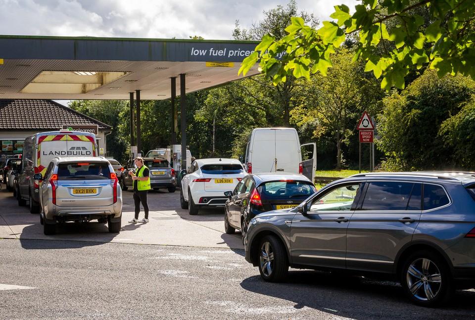 Dans tout le Royaume-uni, comme ici à Crawley, dans le sud du pays, les files d'attente devant les stations essence s'allongent