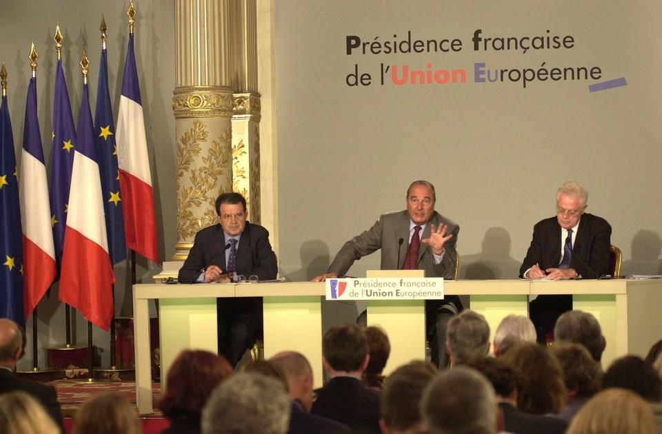 Romano Prodi, président de la Commission européenne ; Jacques Chirac président de la République française et Lionel Jospin Premier ministre, à la tribune, en juillet 2000 pour l'ouverture de la présidence française