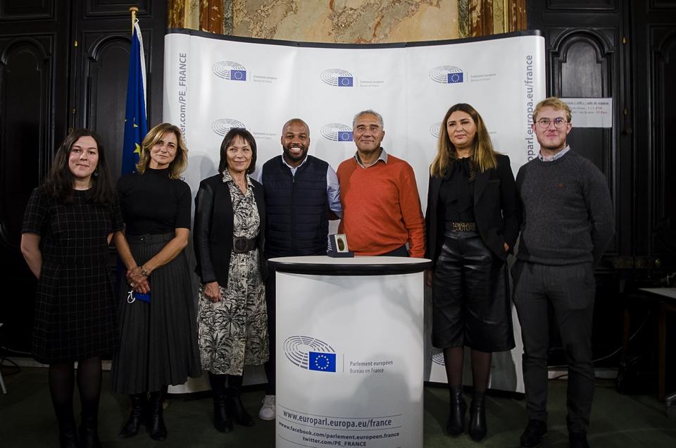 Les deux lauréats (au centre) ont reçu ce Prix en présence des eurodéputées Marie-Pierre Vedrenne, Sylvie Guillaume et Salima Yenbou dans les locaux du Bureau du Parlement européen à Paris