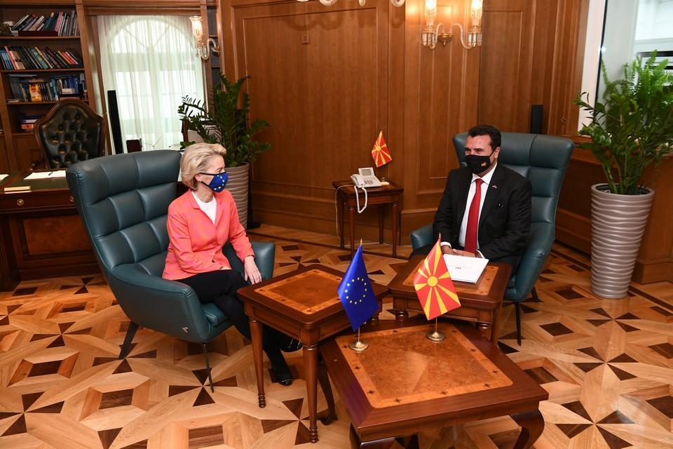 En préparation du sommet UE-Balkans en Slovénie, la présidente de la Commission européenne Ursula Von der Leyen a effectué une tournée des pays candidats, comme ici, en Macédoine du Nord